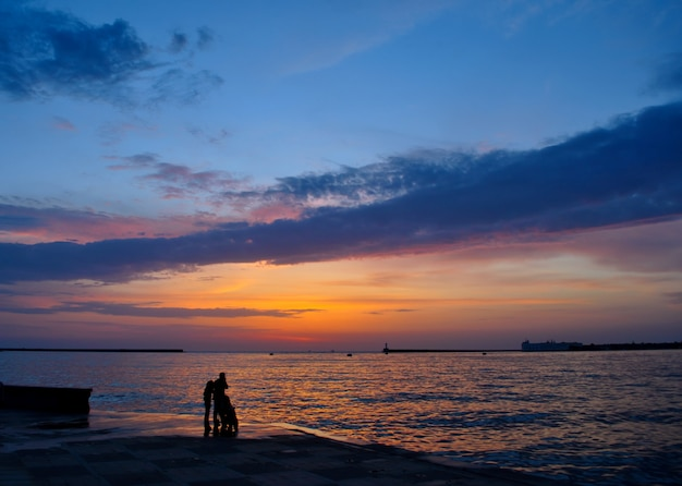 夏の夜にセヴァストポリの街の堤防