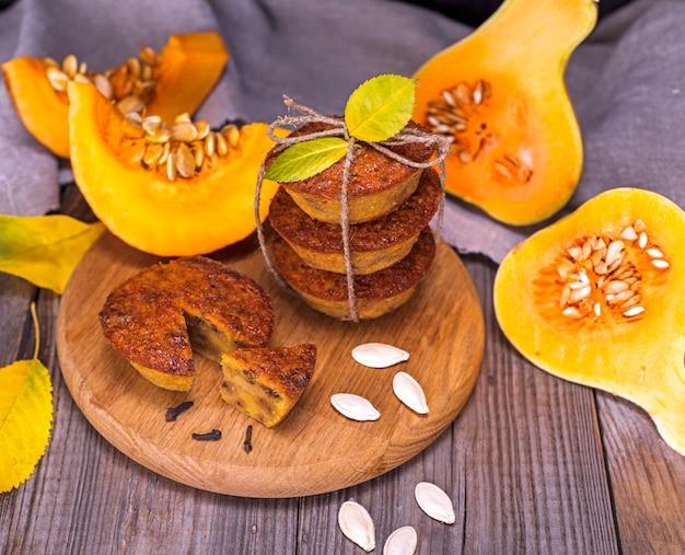 Тыквенные кексы и кусочки свежей тыквы
