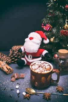 茶色のセラミックマグカップのホットチョコレート