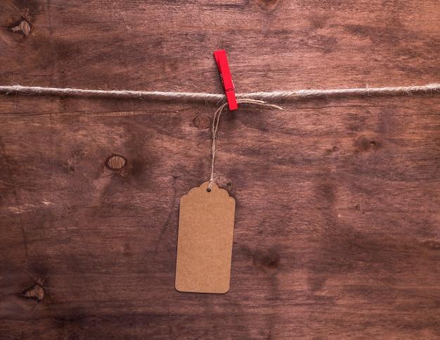 ロープにぶら下がっている茶色の紙タグ