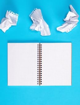白いシートで空白のノートブックを開く