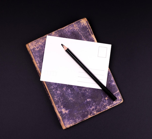 空白のホワイトペーパーカードと黒の木製の鉛筆
