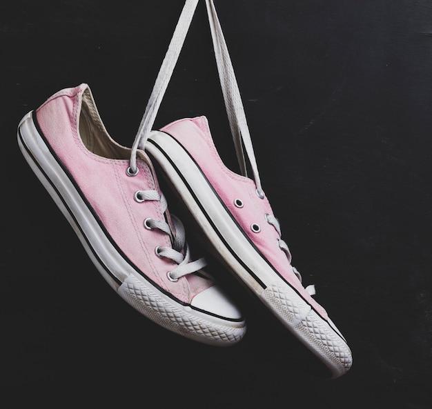 Пара текстильных розовых кроссовок