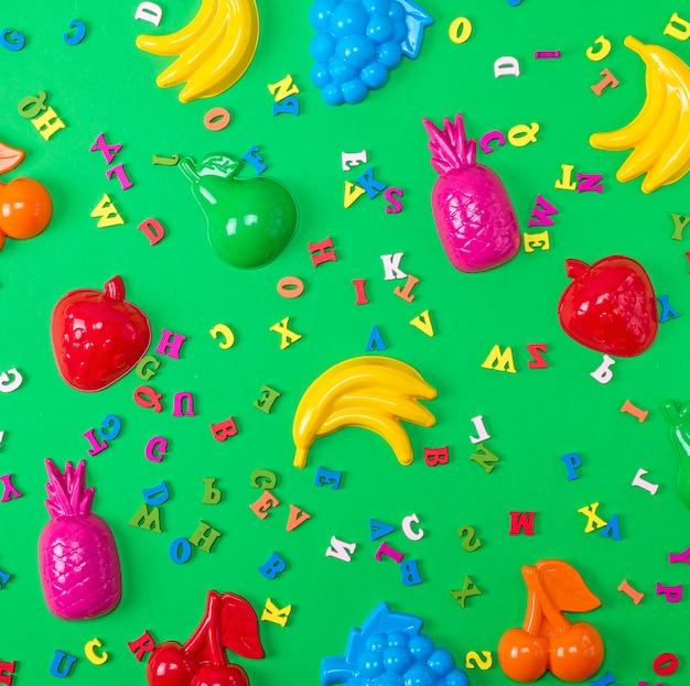子供用プラスチック玩具と木製の色とりどりの手紙
