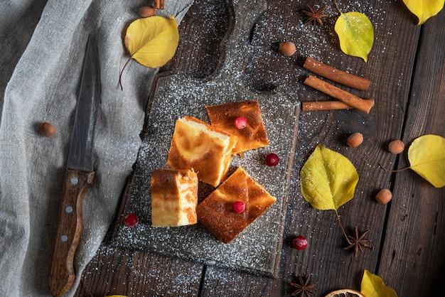 カッテージチーズとカボチャのパイ、木の板