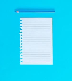 メモ帳から引き裂かれた行の白い空白のシート