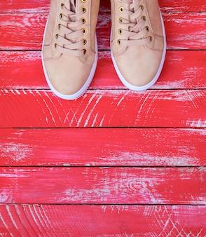 Розовая пара женских кожаных кроссовок со шнурками