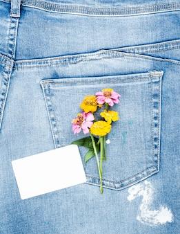 空のホワイトペーパーカードと花の花束