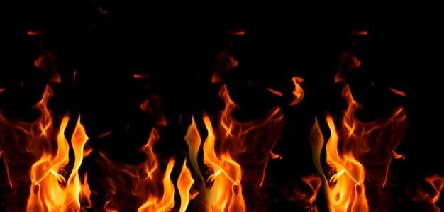 Яркий оранжевый и желтый огонь на черном фоне