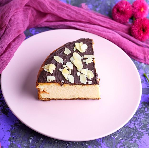 ピンクの皿にチョコレートとチーズケーキの部分、クローズアップ