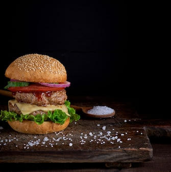 真ん中の新鮮な野菜のゴマとパンのチーズバーガー