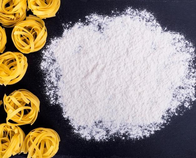 Сырые макароны и белая пшеничная мука