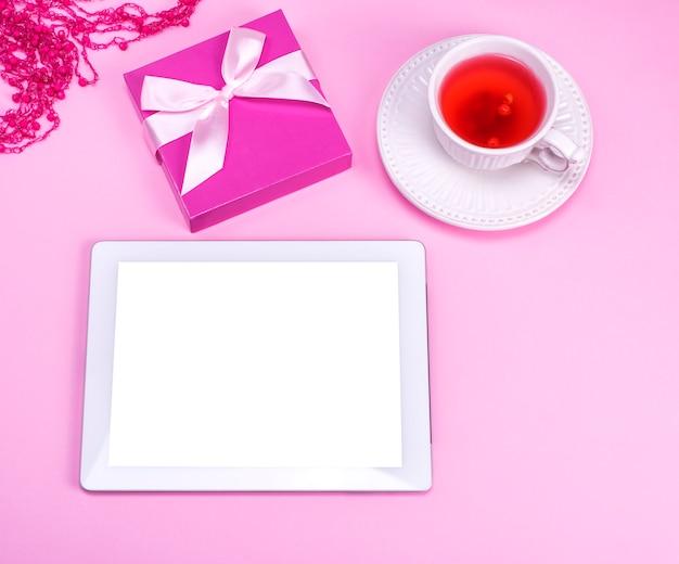 空白の白い画面を持つ電子タブレット