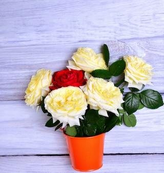 開花バラの花束