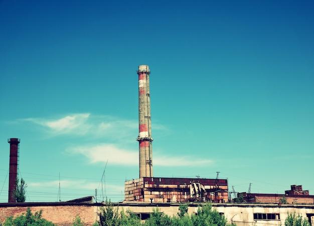 れんが造りのパイプは空に対して工場を放棄