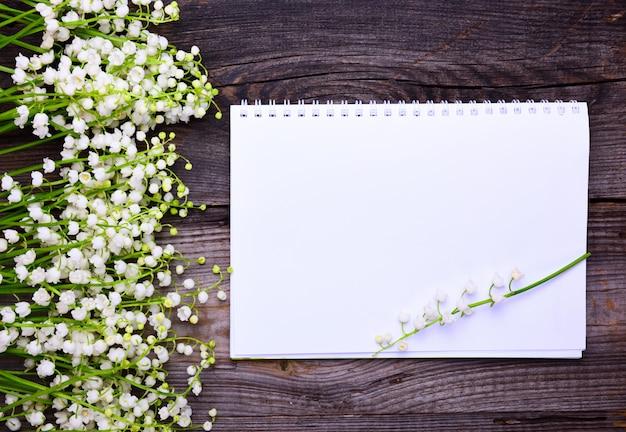 木の表面にきれいな白いシートとノート