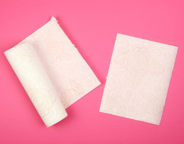 顔と手のための白い柔らかい紙ナプキンのツイストロール