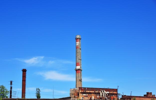 澄んだ空に対してレンガパイプ工場