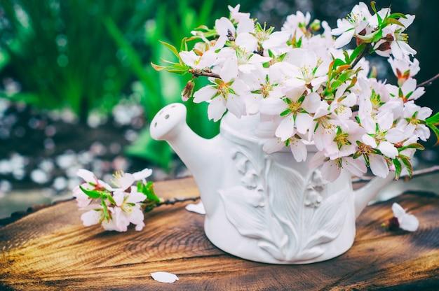 白い花瓶に開花アーモンドの花束