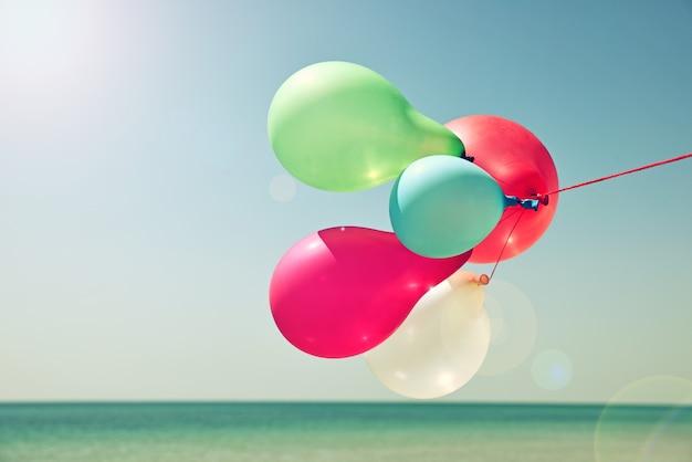 空に対して色とりどりの風船