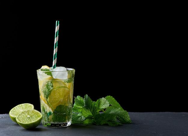 夏のさわやかなドリンクレモネード、レモン、ミントの葉、アイスキューブ、ライム、グラス