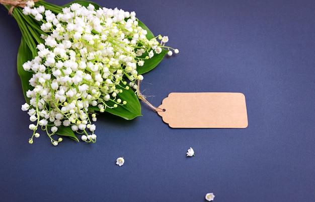 谷の白いユリの花束