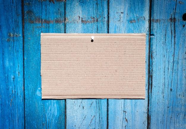 爪に掛かっている茶色のクラフト紙のシート
