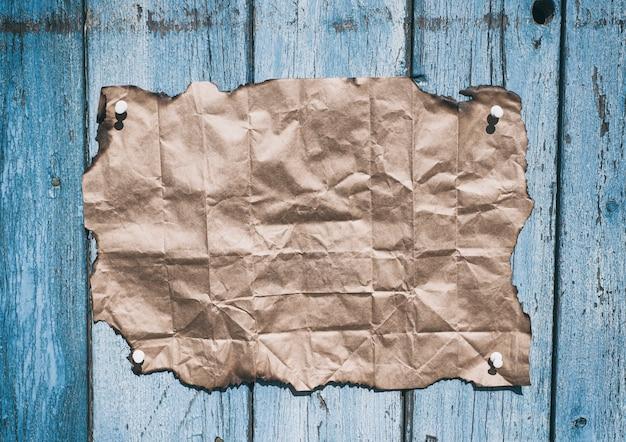 焦げたエッジを持つ茶色のクラフト紙
