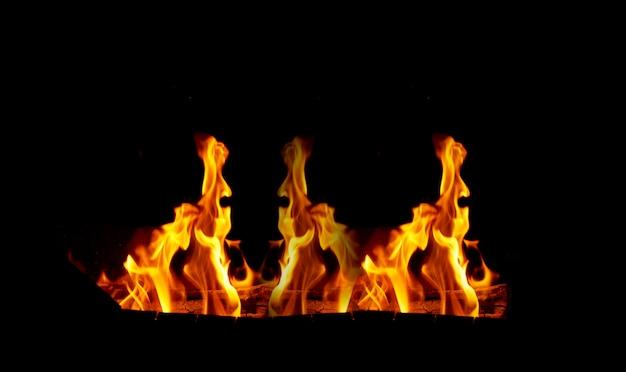 黒に大きなオレンジ色の炎