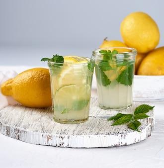 レモン、ミントの葉、ガラスのライムのさわやかな飲み物レモネード