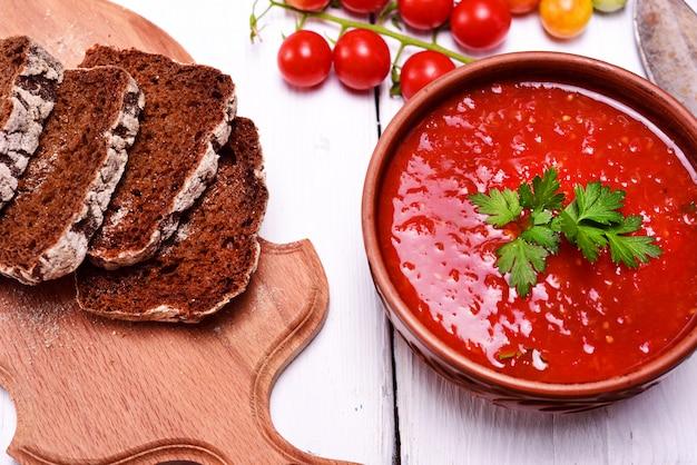 新鮮な赤いトマトのガスパチョのスープ