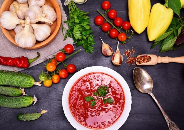 白い丸皿の野菜スープガスパチョ