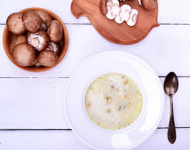 白い丸皿にきのこのスープ