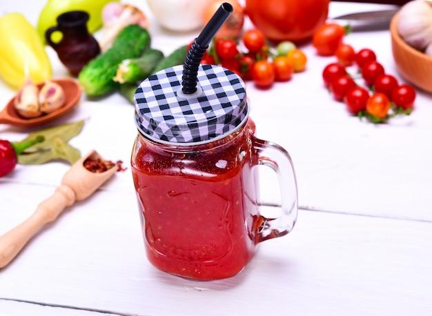 熟した赤いトマトから作りたてのジュース