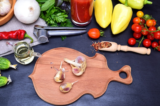 サラダとニンニクのための新鮮な野菜
