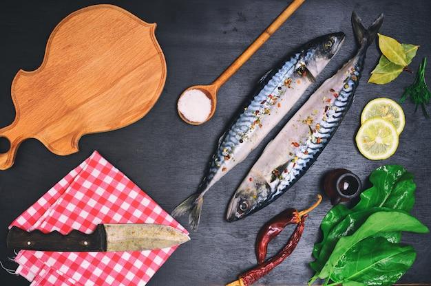 新鮮なサバの魚、スパイス、
