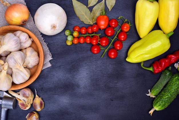 新鮮な野菜:トマト、きゅうり、にんにく