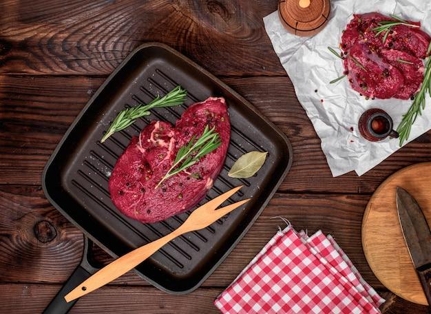 ローズマリーと新鮮なビーフステーキ