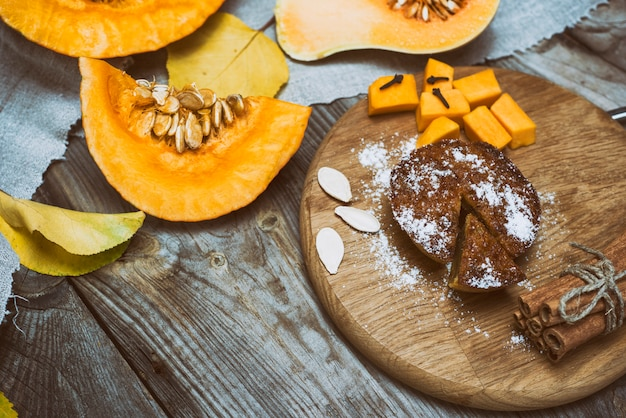 Свежие кусочки тыквы и тыквенный пирог