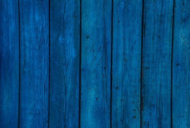 古い木製の青い水平板。コピースペース付き正面図