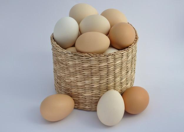 竹かごの内外の卵