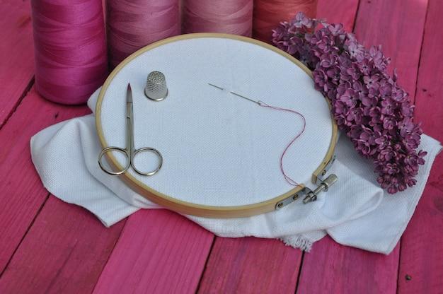 針仕事や刺繍、古い木製のテーブル、パープルトーンの職場