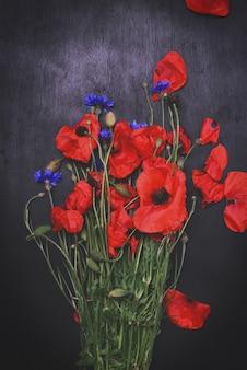 赤いケシの花束