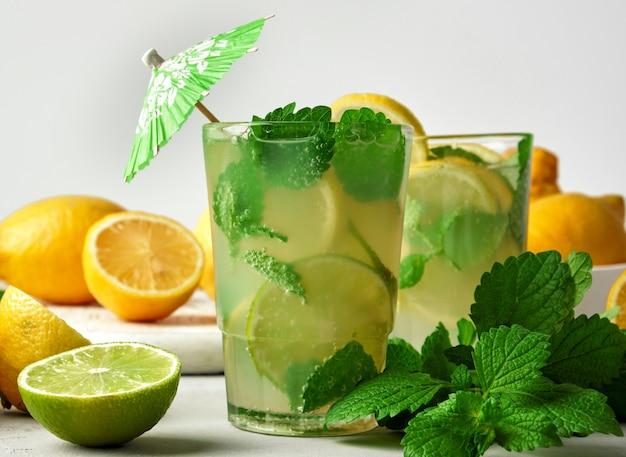 夏のさわやかなドリンクレモネード、レモン、ミントの葉、ライム、グラス