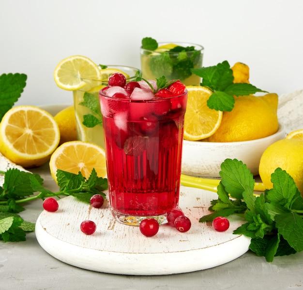 白い木の板にイチゴとクランベリーのさわやかな夏の飲み物