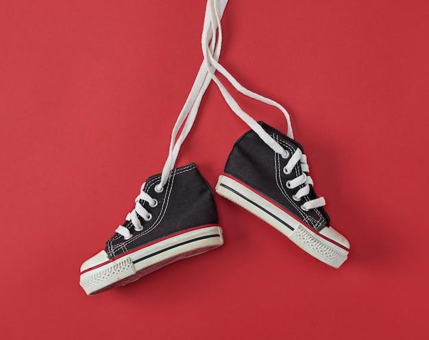 Пара черных старых текстильных кроссовок