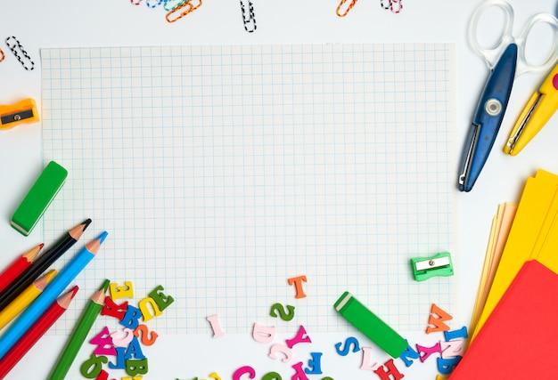 Школьные принадлежности: разноцветные деревянные карандаши