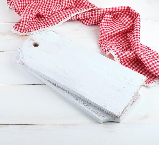 長方形の空の木製まな板と赤いタオル