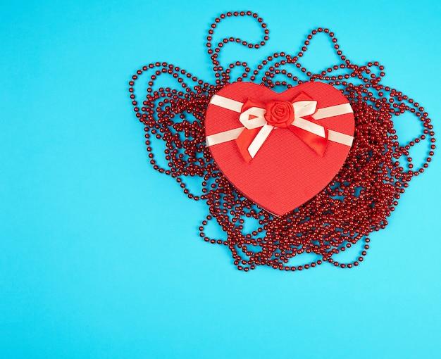 弓でハートの形の赤いギフトボックス