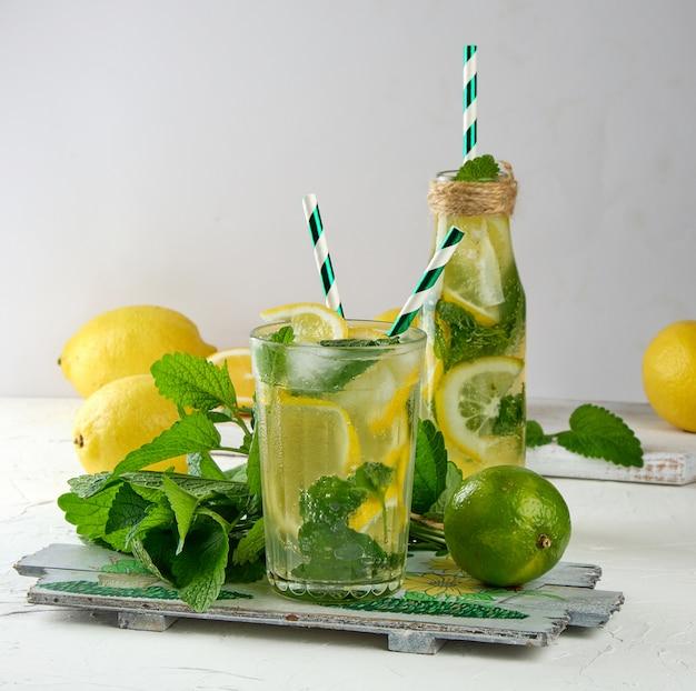 夏のさわやかなドリンクレモネードレモン、ミントの葉、ガラスのライム